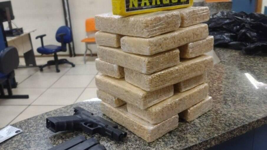 Policial militar é preso saindo do Complexo da Maré com 14kg de crack