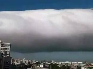 A chegada de uma frente fria que trouxe ventos muito fortes e uma grande nuvem para a Grande Vitoria