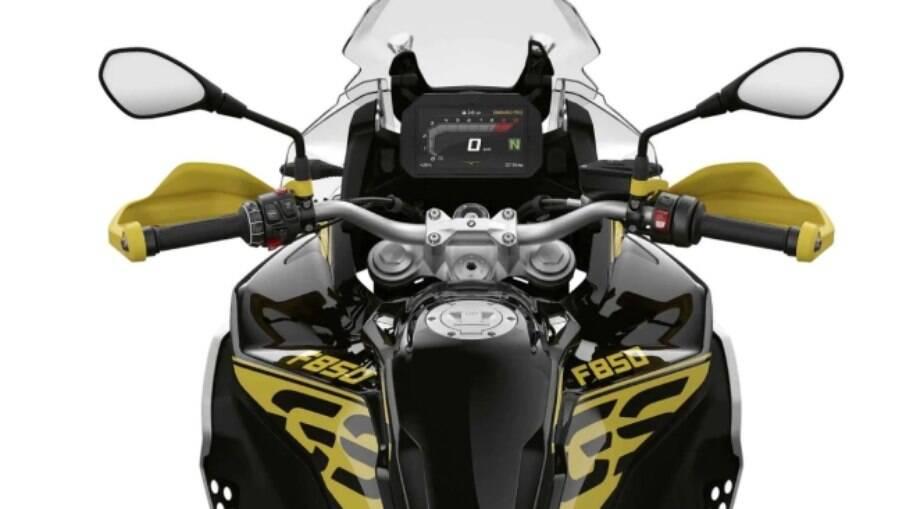 Protetores de mãos amarelos e painel de instrumentos de TFT colorido faz parte dos itens de série da motocicleta da BMW