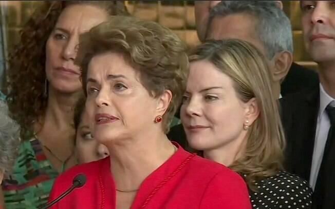 Dilma faz discurso ao lado de aliados em frente ao Palácio da Alvorada após a votação que decidiu por seu impedimento
