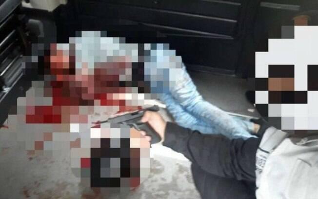Imagem de agente com a arma na mão viralizou nas redes sociais