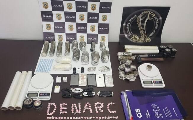 Polícia aprendeu diversas drogas e aparelhos celulares com a dupla.