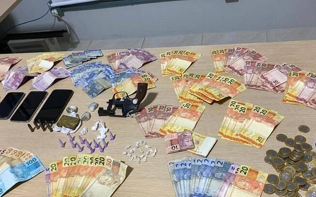 Foram apreendidos maconha, crack e cocaína, além de R$ 3,5 mil em dinheiro, celulares e um revólver com munições