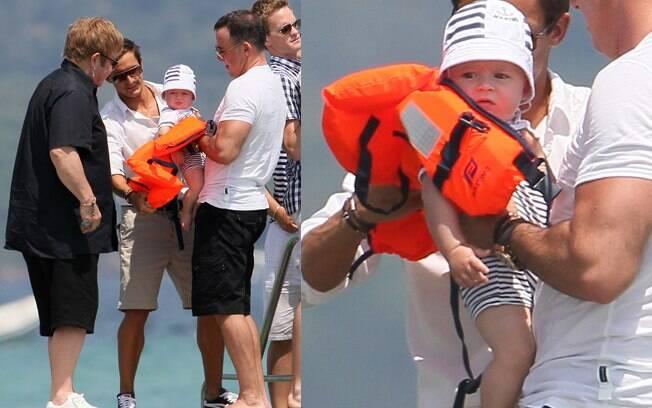 Elton John o marido, David Furnish, e o filho Zachary curtem passeio de iate em Saint Tropez