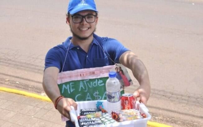 Vinícius Lima vende doce no farol para juntar dinheiro e casar com namorada de infância