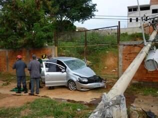 O poste caiu no muro de uma casa em obras