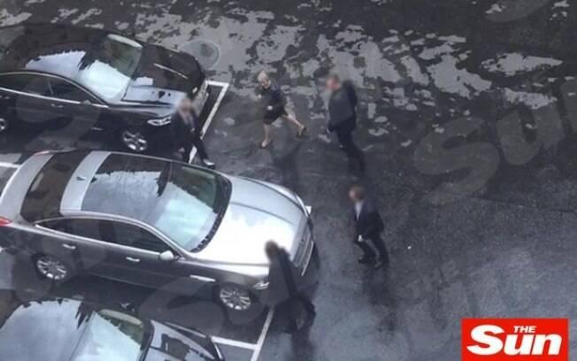Vídeo mostra momento tenso em que May deixou o Parlamento após atentado; assista