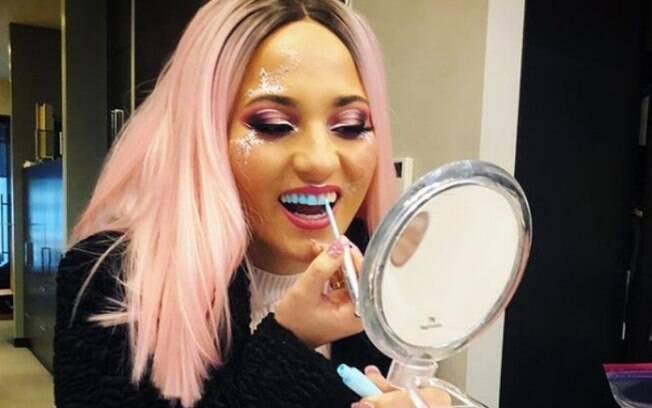 A tendência do esmalte colorido no dente é uma das novas 'ideias bizarras' de beleza que viralizou recentemente nas redes