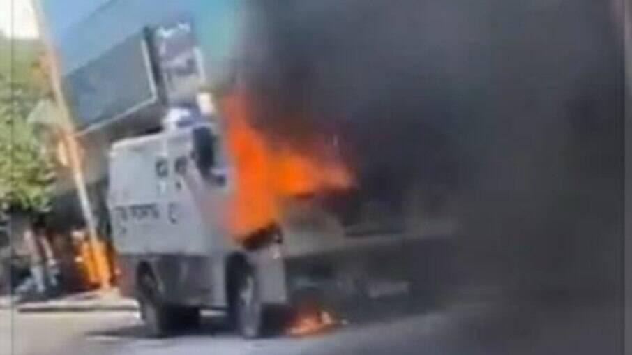 Carro-forte pega fogo em Madureira