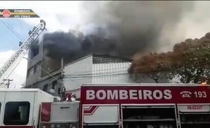 Galpão pega fogo no centro de São Paulo; veja vídeo