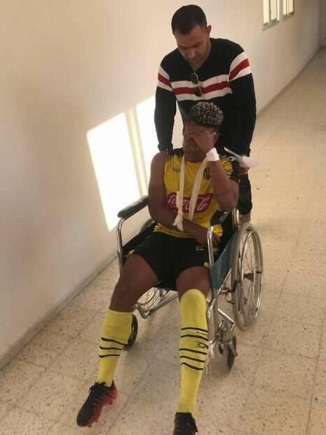 Gil Bahia, jogador brasileiro, levou uma pedrada durante partida na Tunísia