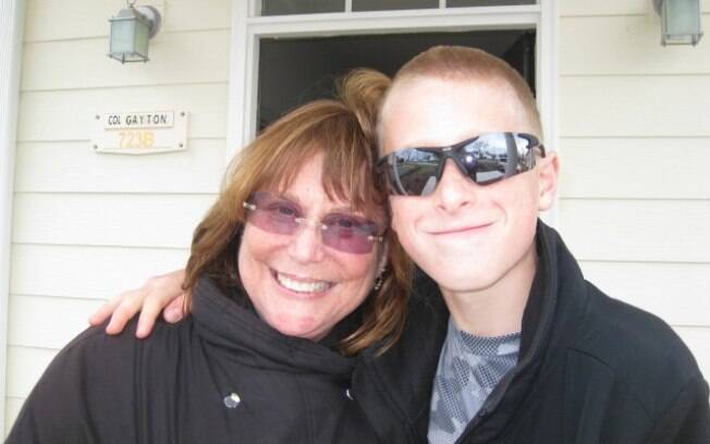 Judy Rogg posa com o filho Erik Robinson três semanas antes da tragédia nos EUA (04/2010)