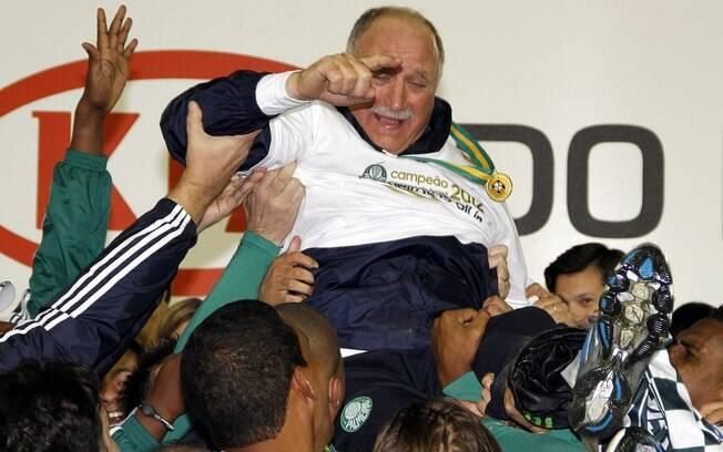 Felipão é carregado após a conquista da Copa  do Brasil