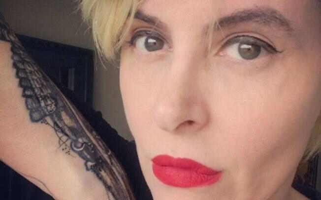 A escritora Fernanda Young usou suas redes sociais para compartilhar foto polêmica