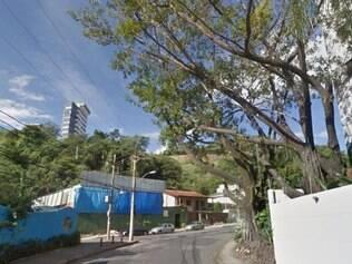 Árvore teria caído em frente à um edifício residencial, na rua Laplace