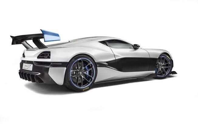 Repare no kit aerodinamico: difusores dianteiro e traseiro, saia lateral e asa traseira