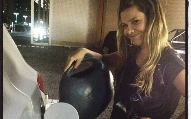 Fernanda Souza passa por perrengue ao deixar o carro sem gasolina no Rio