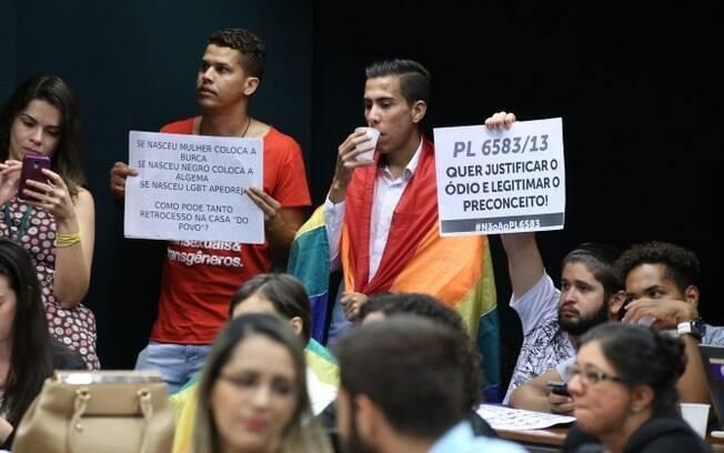 Comissão do Estatuto da Família contou com o protesto de manifestantes contrários à definição de família aprovada