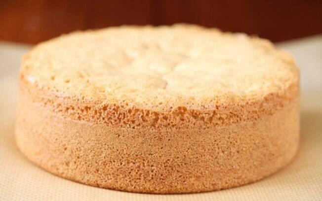O bolo fica fofinho graças aos ovos bem batidos e a farinha de trigo peneirada