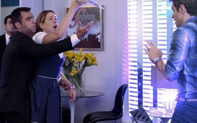 Rosário se mete em confusão tentando mostrar seu trabalho para Fabian, seu ídolo