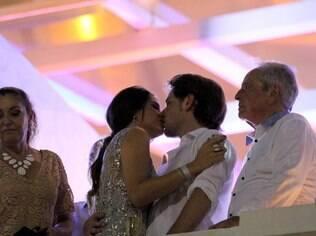 Fernanda Machado e Robert se beijam no Copacabana Palace