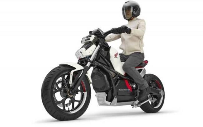 Motocicleta da Honda é capaz de ficar sempre de pé, sem precisar da ajuda do piloto, diz a fabricante