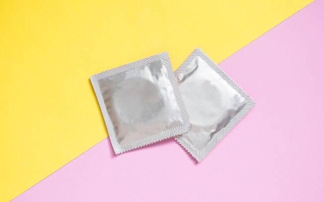 Desde que o preservativo seja usado, seja na penetração ou no sexo oral, pessoas com HIV podem fazer sexo