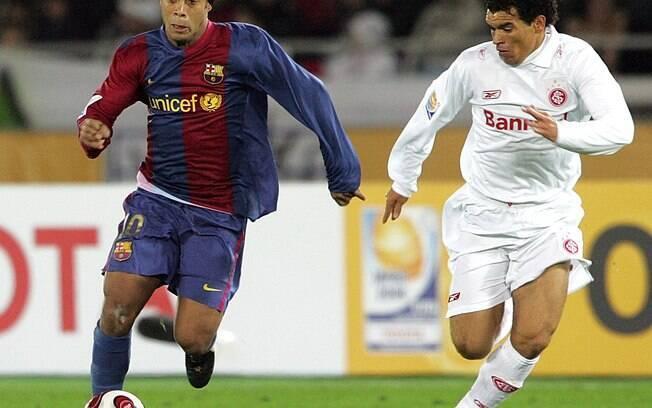 Ronaldinho Gaúcho é marcado por Ceará na  derrota do Barça para o Inter, na final do Mundial  de Clubes de 2006
