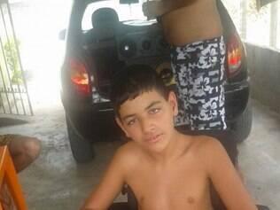 Denilson, de 14 anos, e sua mãe estão no hospital desde 6h de terça-feira (29) e seguem aguardando a chegada do transporte municipal