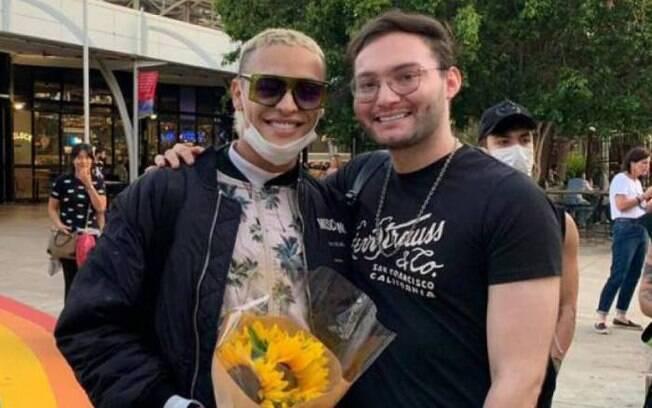 Pabllo Vittar foi recebido por um fã no aeroporto