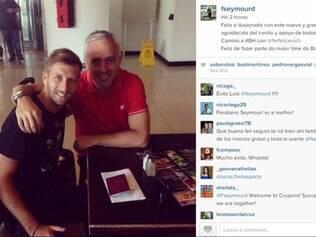 Jogador aparece ao lado do empresário dele, Fernando Felicevich, antes de embarque para BH