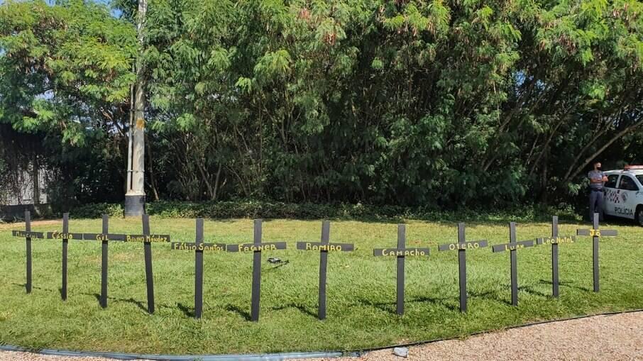 Cruzes com nomes de jogadores do Corinthians no CT Joaquim Gravam