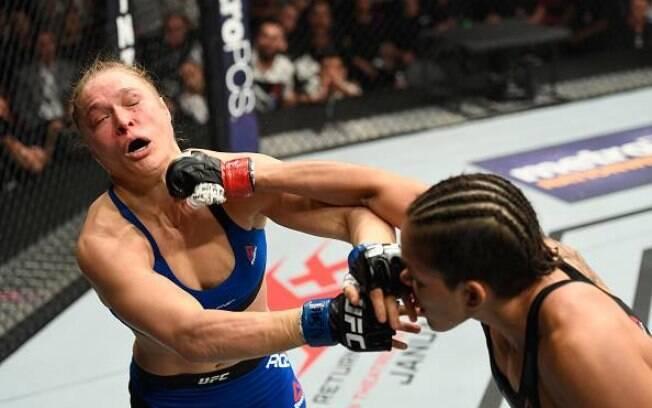 Ronda Rousey foi derrotada ainda no primeiro round por Amanda Nunes
