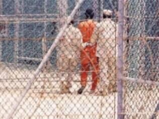 Peritos da organização pressionam governo Bush e denunciam parcialidade no julgamento de presos.