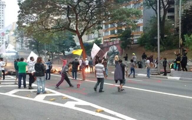 Via é interrompida durante manifestação contra a saída de Dilma Rousseff em São Paulo. Foto: Frente Brasil Popular/Divulgação - 10.05.16