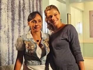 Grávida, Grazi posa para foto com Cininha de Paula, diretora da novela