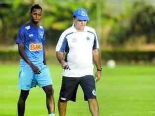 Seguro. Atacante Marquinhos e o técnico Marcelo Oliveira na Toca da Raposa