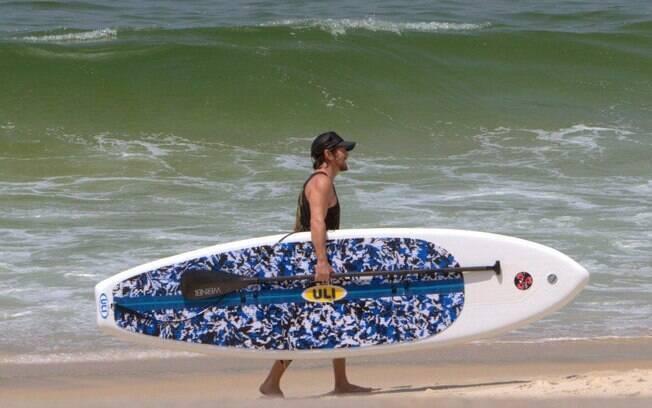 Eddie Vedder leva sua prancha para o mar