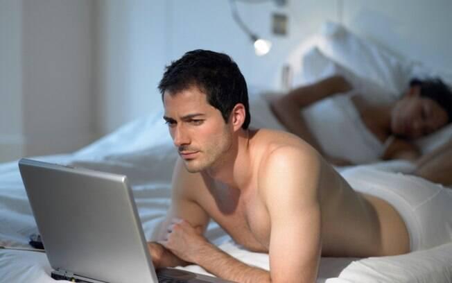 Levar o computador para a cama é um dos grandes erros que estragam o sono