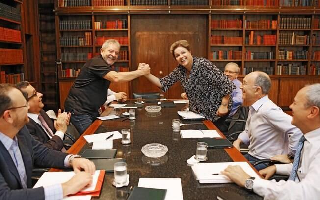 Marqueteiro do PT (à esquerda de Lula), João Santana foi preso na Operação Lava Jato nesta terça