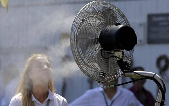 Mulher se refresca na Hungria, que recebeu a  Fórmula 1 com muito calor