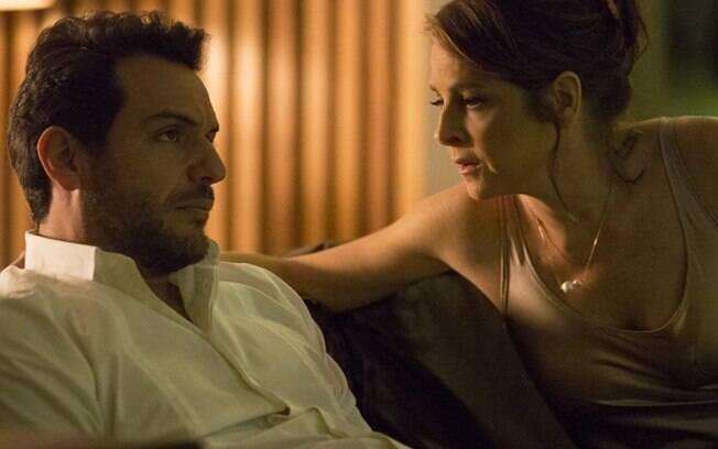 Alex (Rodrigo Lombardi) humilha Carolina (Drica Moraes) novamente