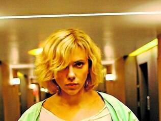 Sem cérebro. Apesar da super-inteligência, personagem de Johansson resolve as coisas na porrada