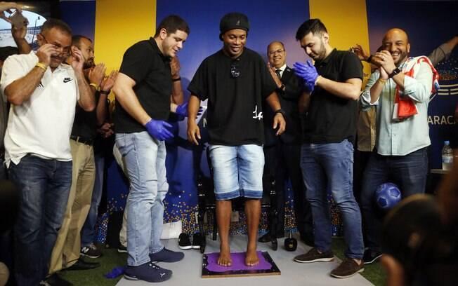 Ronaldinho eternizou seus pés na Calçada da Fama do Maracanã