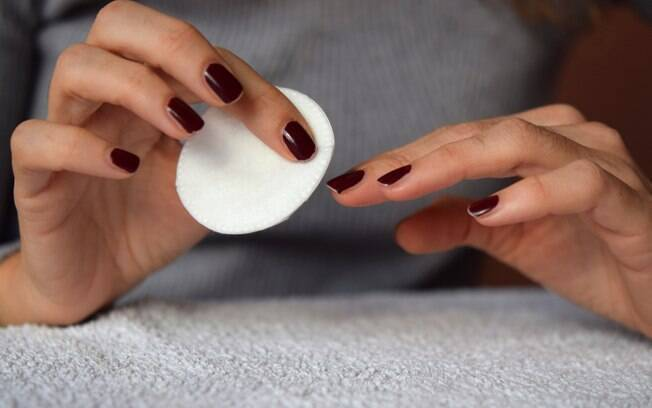 É melhor usar acetona ou removedor para tirar esmalte? Especialista tem a resposta