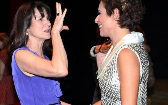 Zezé Polessa parabeniza Andréa Beltrão após a estreia da peça Nômades