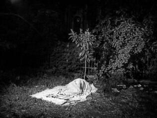 Alex Majoli capta sem-teto que dorme sob árvore em São Paulo