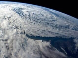 Astronauta também costuma publicar fotos da Terra em seu perfil do Twitter, como nesta imagem que destaca uma tempestade na Argentina