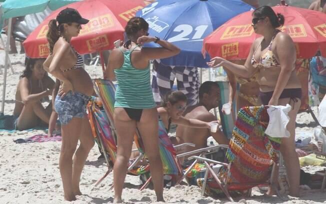 ... colocou o papo em dia com os amigos que estavam na praia...