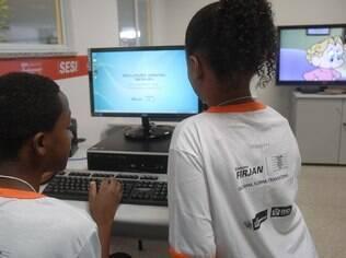 Crianças usam internet em biblioteca no Complexo do Alemão